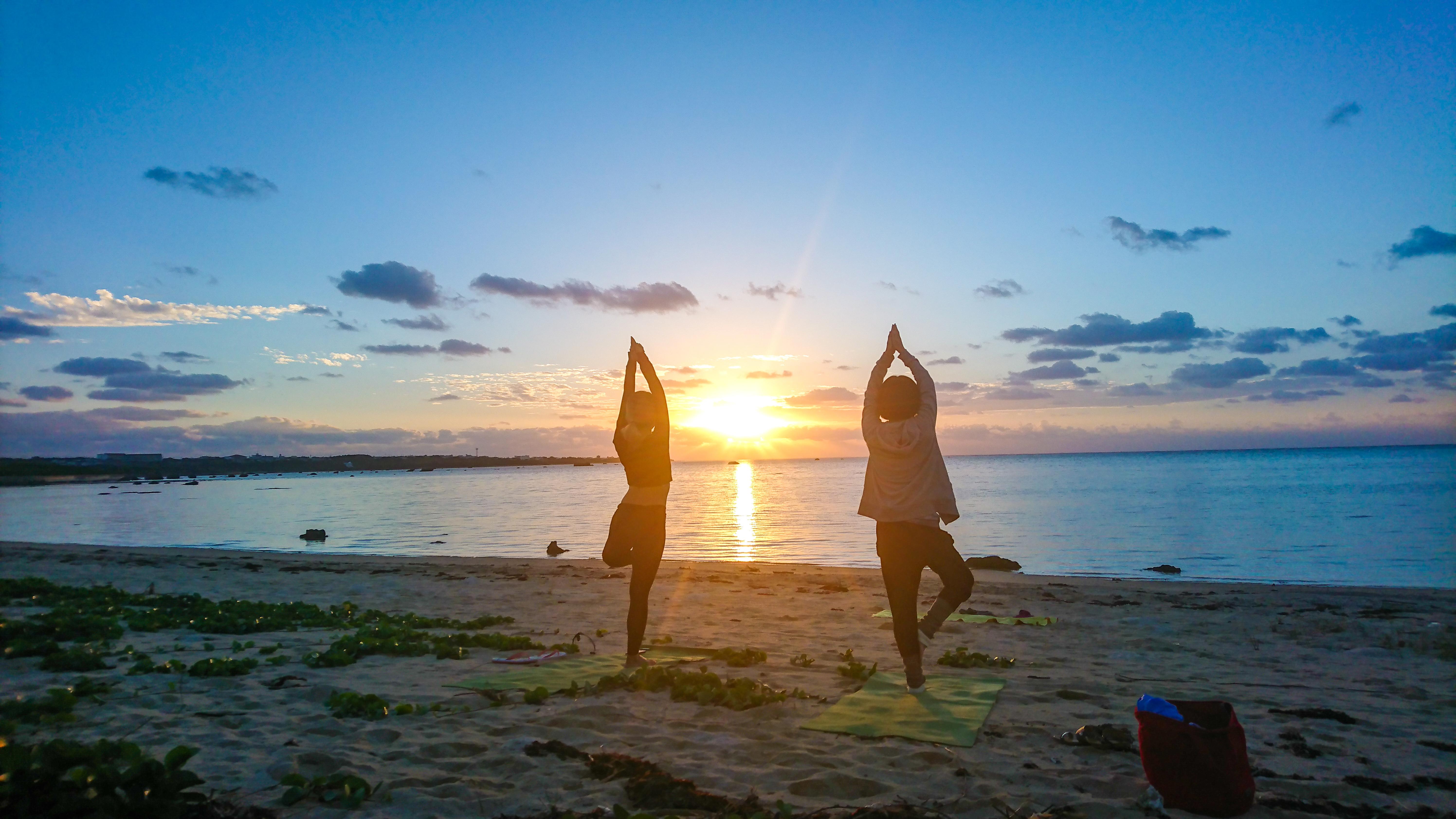 海と太陽に包まれるビーチヨガ